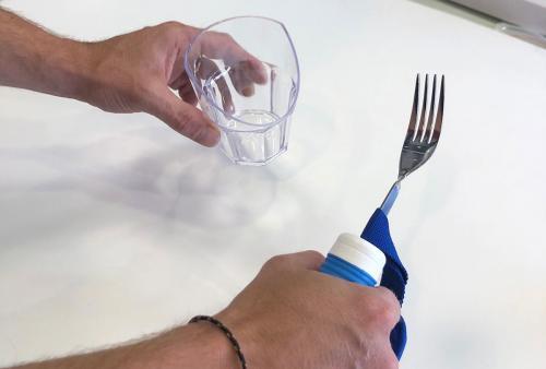 Bicchiere disfagia e posate ergonomiche